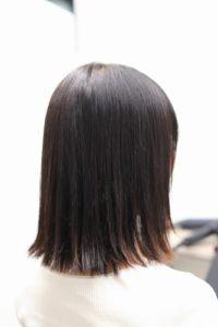 縮毛矯正をかけて外はねの髪型の女性