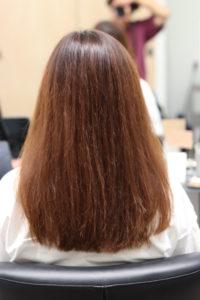 広がる髪の女性
