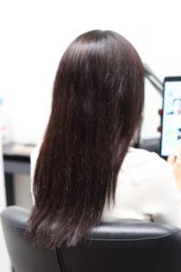 縮毛矯正をかける前の髪がまとまらない女性