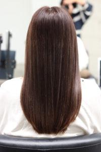 縮毛矯正で髪が綺麗になった女性