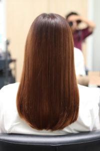 縮毛矯正をかけて髪がツヤツヤ、綺麗になった女性