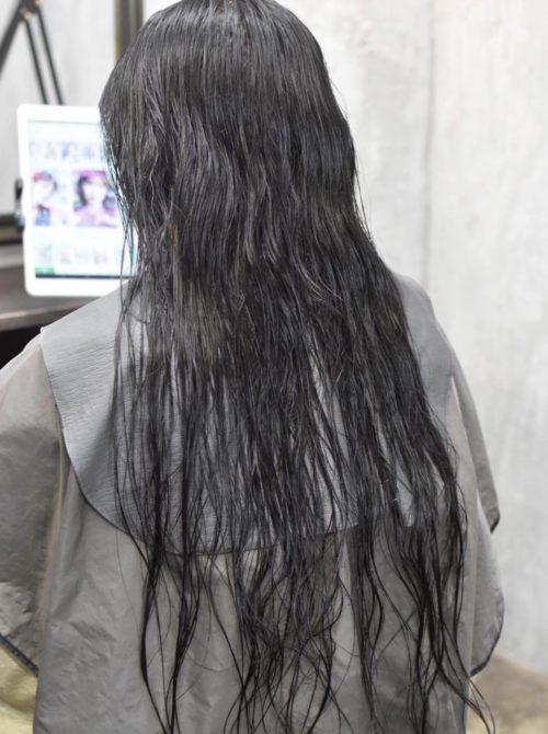 クセ毛のロングヘアーの女性
