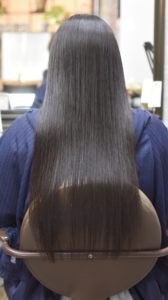 縮毛矯正をかけた髪の綺麗な女性