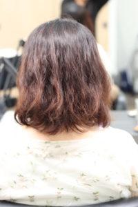 パーマの失敗で髪が傷んだ女性