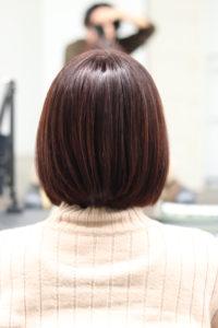 縮毛矯正で髪が綺麗になったショートカットの女性