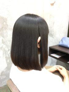 縮毛矯正でツヤツヤな髪の女性