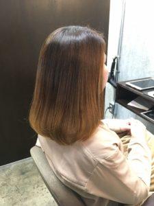 弱酸性縮毛矯正で髪が綺麗になった女性