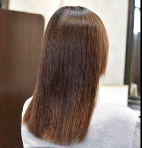 縮毛矯正でボリュームダウンした髪の女性