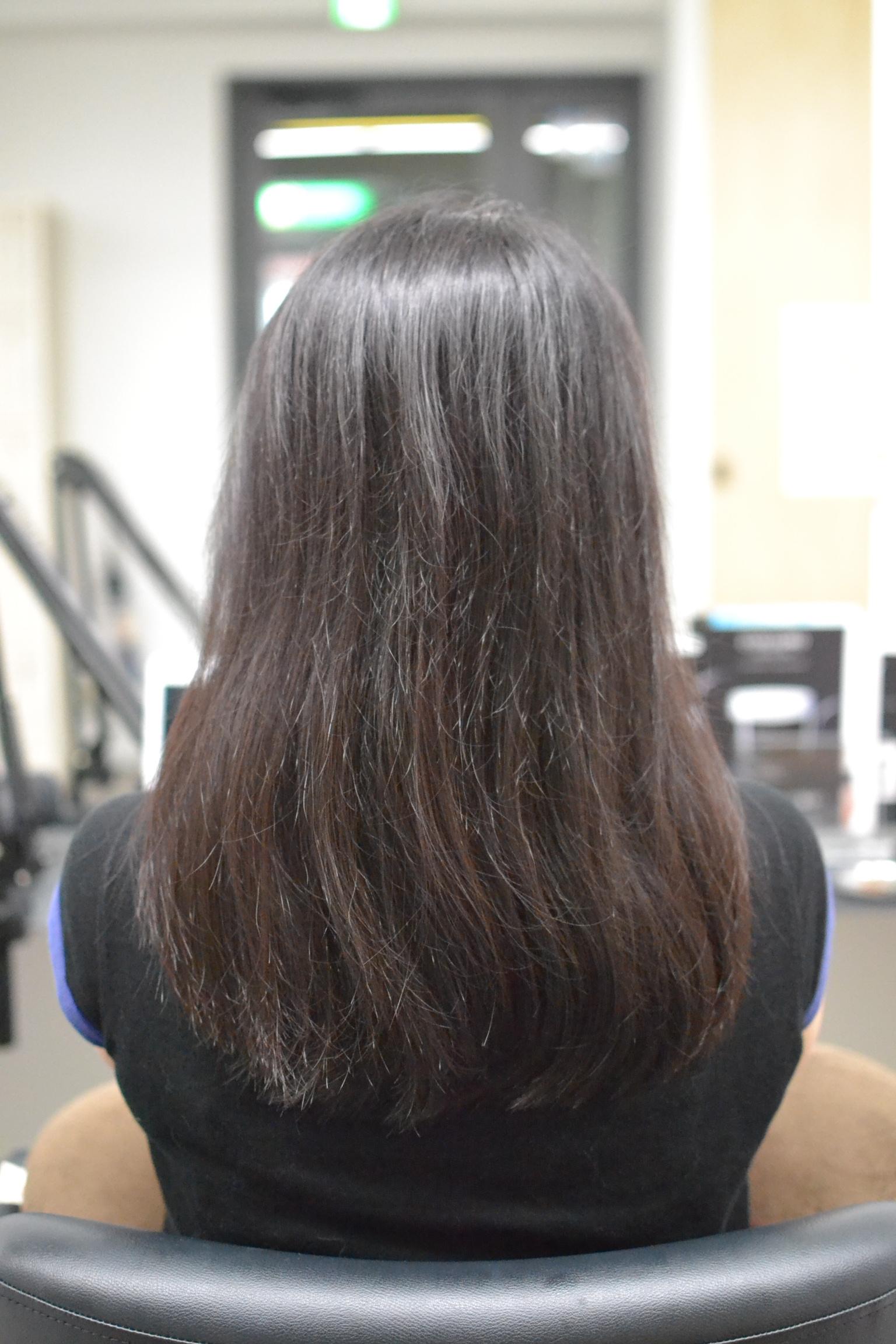 パサついて広がる髪の女性