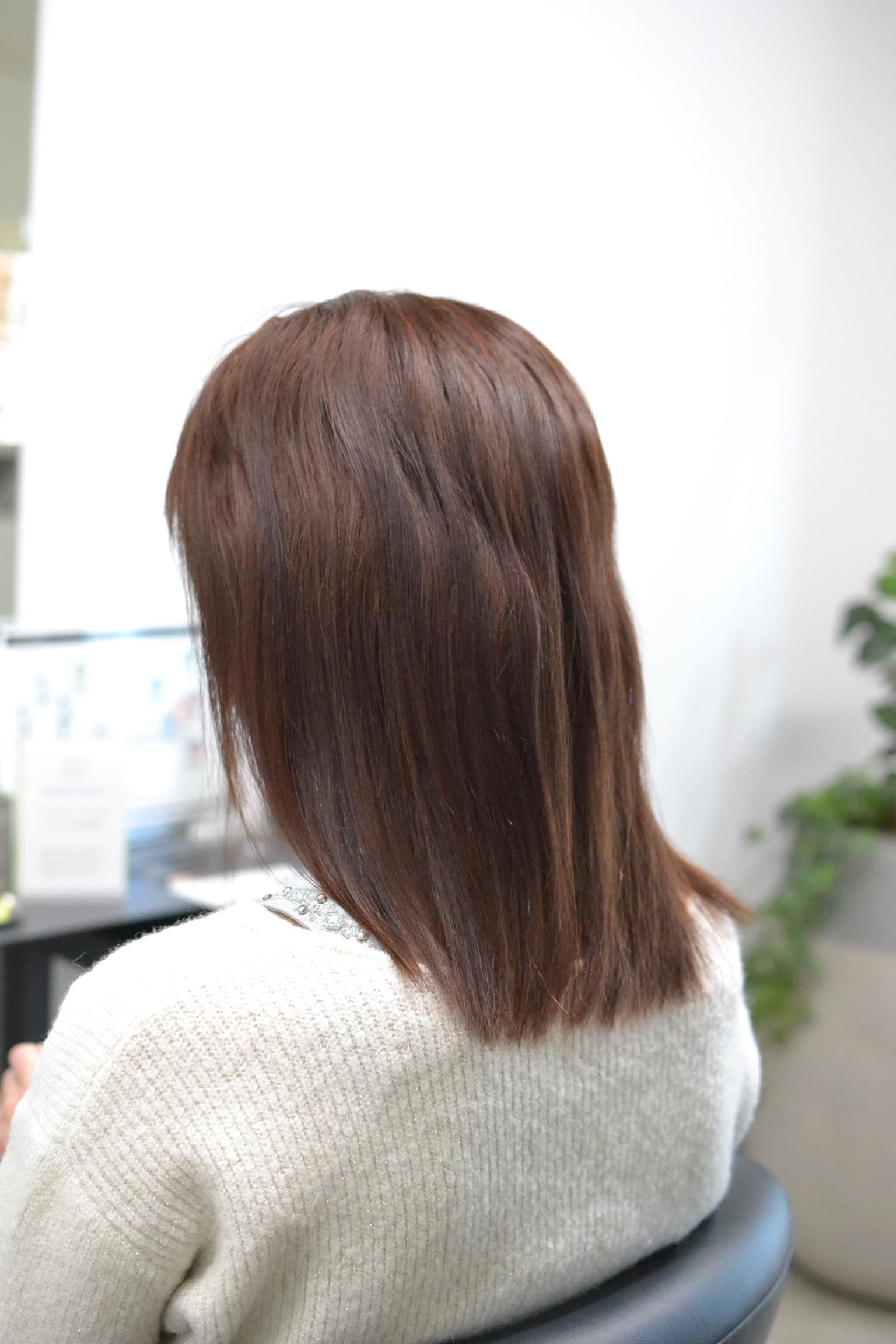 クセ毛が伸びた髪の女性