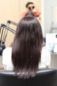 縮毛矯正をかけるまえの髪のまとまりが悪い女性