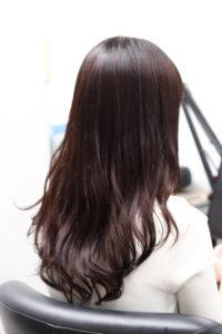 縮毛矯正をかけて髪を巻いた女性
