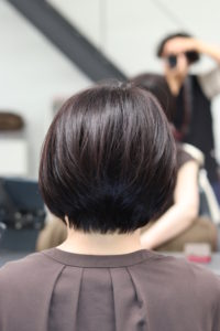 ショートヘア-で自然な縮毛矯正の仕上がりの女性