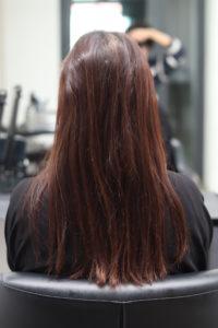 縮毛矯正をかける前のぱさついた髪の女性
