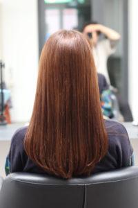 縮毛矯正をかけて髪がツヤツヤな女性