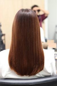 縮毛矯正をかけて綺麗な髪の女性