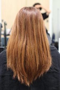 ハイライトとハイトーンカラーで傷んだ髪の女性