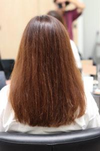 細かいクセで髪が広がりがちの女性