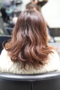 癖毛で髪がひろがっている状態の女性