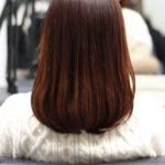 縮毛矯正で髪がツヤツヤになった女性