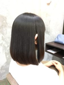 弱酸性縮毛矯正でまとまりのある髪になった女性
