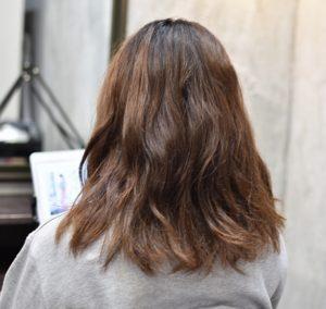 くせで髪が広がりやすい女性