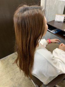 うねりとまとまらない髪の女性